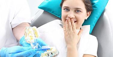 Mergaitė burnos higienisto konsultacijoje