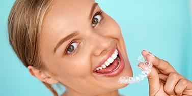 Mergina su dantų balinimo kapomis