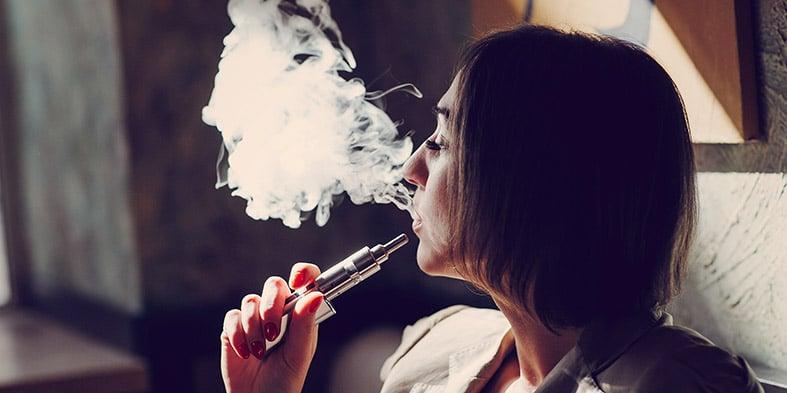 Moteris rūko elektroninę cigaretę